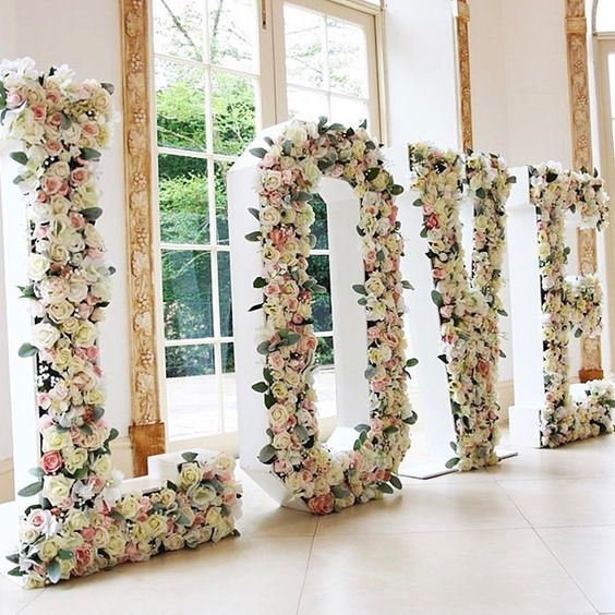 How about a ✨feature wall✨ or more like feature letters? What a pretty wedding photo op for guests, too! Loving this LOVE decor by talented @seventhheavenevents!  http://gelinshop.com/ipost/1522846974000647373/?code=BUiPUEklkzN