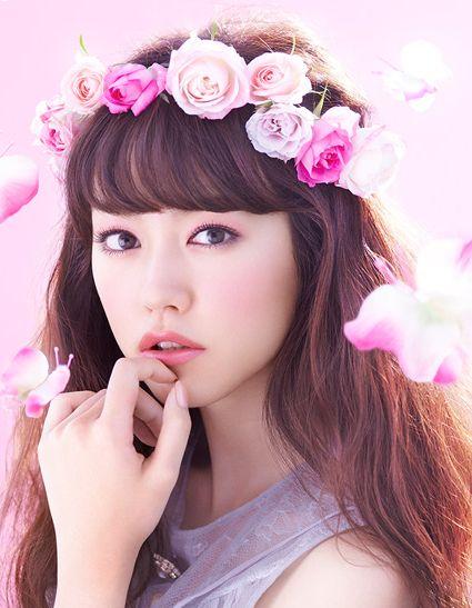 バラの髪飾りをつけた桐谷美玲