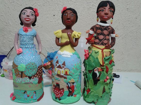Três peças feitas sobre pet e utilizando rolos de papel higiênico e palitos, além da massa de porcelana fria ( biscuit) e massa plástica ( clay)