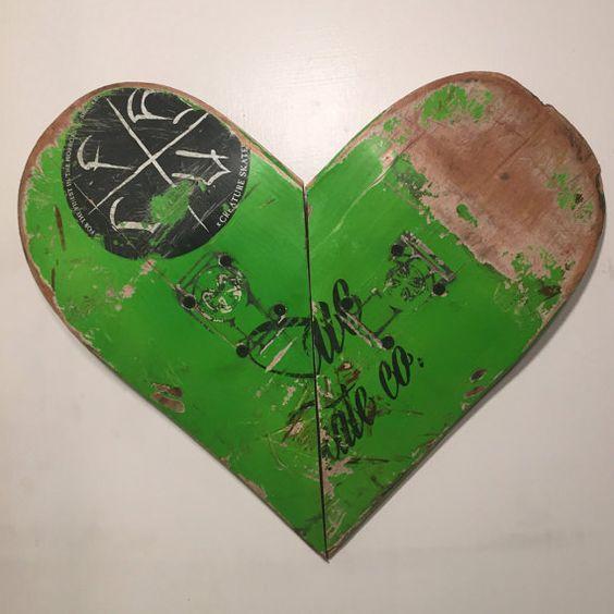 Regali per skateboarder, mobili di skateboard, cuori, cuore rosso, arte della parete, riciclato skateboard, regali fatta di legno, cool regali di Natale,