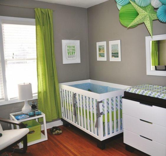 dormitorio de bebé con cortinas verdes y cuna blanca