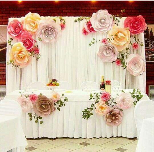 Flores de papel na mesa e painel!