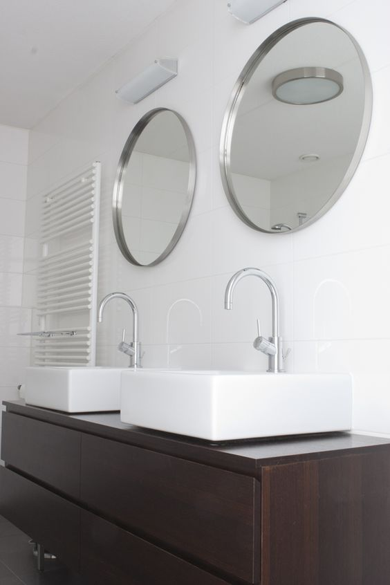 Luxe badkamer met een ligbad inloopdouche designradiator een dubbele wastafel met modern - Moderne wastafel ...