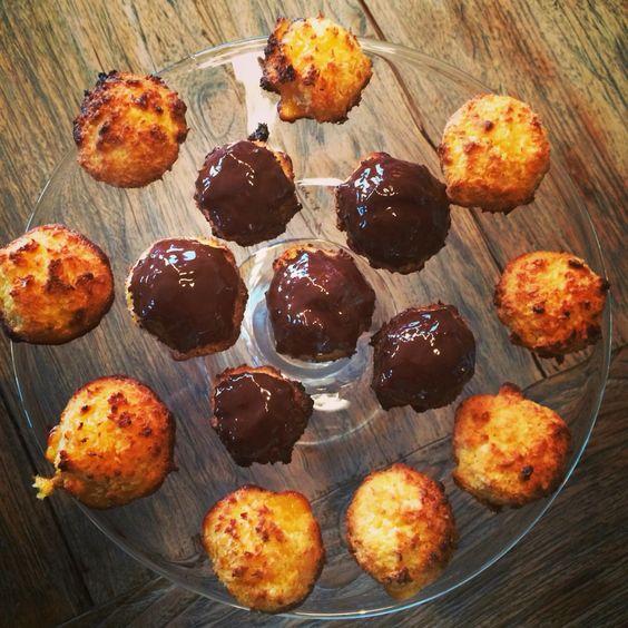 Kokosbollen. 1 soort met witte chocolade, 1 soort met gekonfijte ananas en 1 met een chocoladetopping. Recept uit de bakbijbel. Super lekker