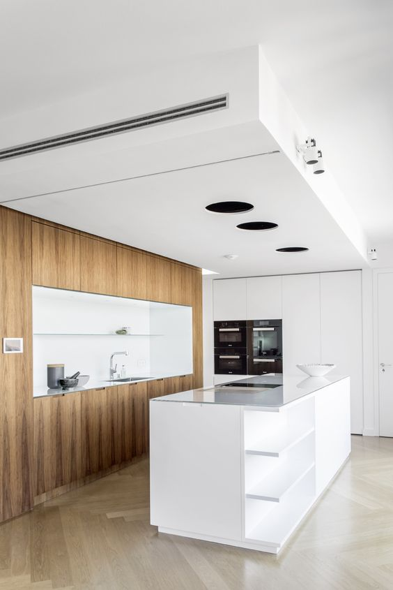 berlin - penthouse - kitchen - white -built-in - cabinet - drawer - herringbone - oak - floor - walnut-panell - elevator core - wohnung - erschließungskern - küche - einbaumöbel - walnuss - weiß - kücheninsel - herd - spüle