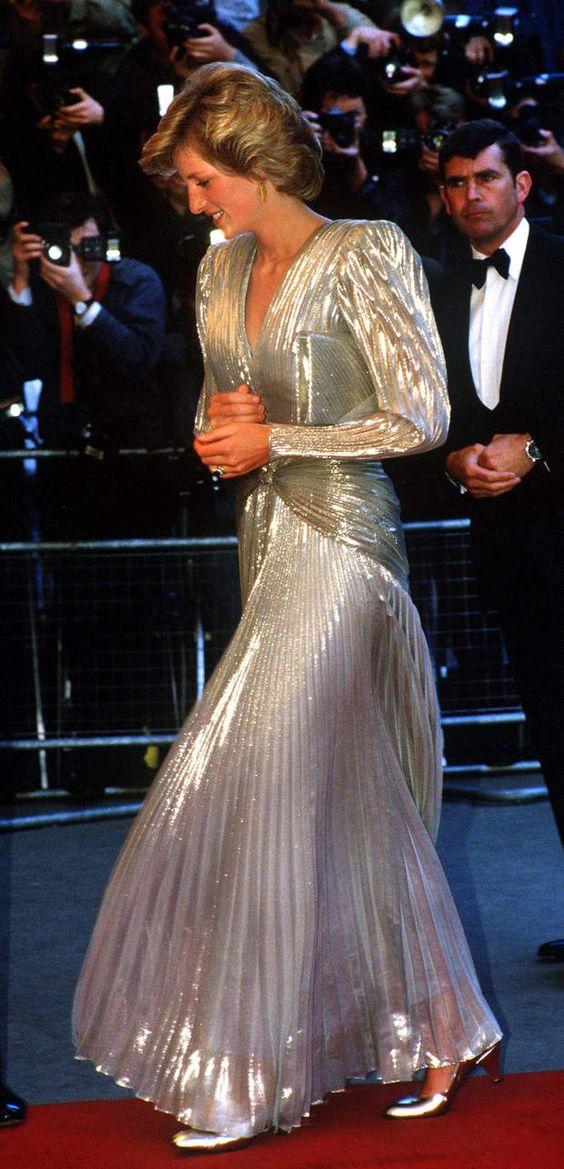 Lors de l'avant première de James Bond Dangereusement vôtre en 1985, Lady Di en…