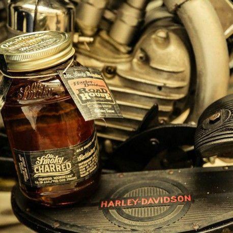 OLE SMOKEY HARLEY DAVIDSON  ha sido envejecido en barriles ex-Bourbon tostados durante 3 o 4 meses y luego mezclados, para una mayor consistencia, dejándolos madurar de nuevo durante 4 años. Es un whisky de maíz, que ha sido cultivado por los agricultores locales en el este de Tennessee. Edición muy limitada y original en su formato.