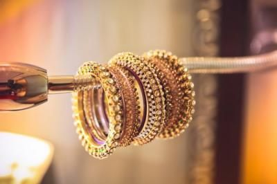 Gold bangles for the classic bride | Find more wedding jewellery inspiration on www.wedmegood.com | #indianbride #indianjewellery