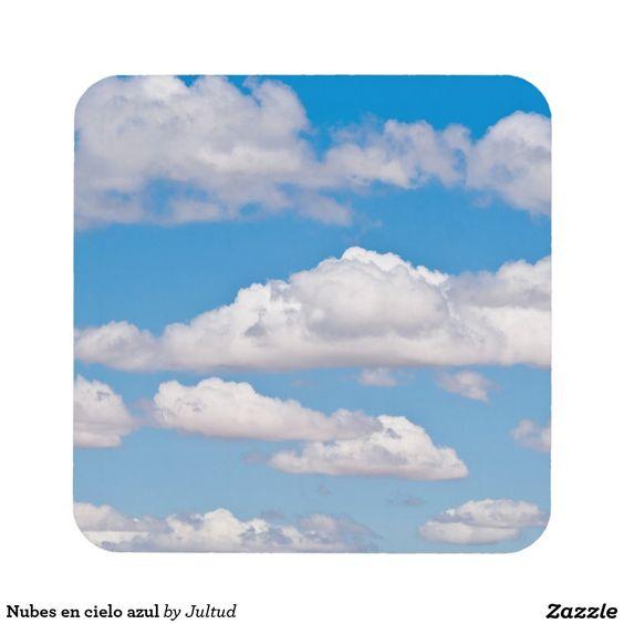 Nubes en cielo azul posavasos de bebidas
