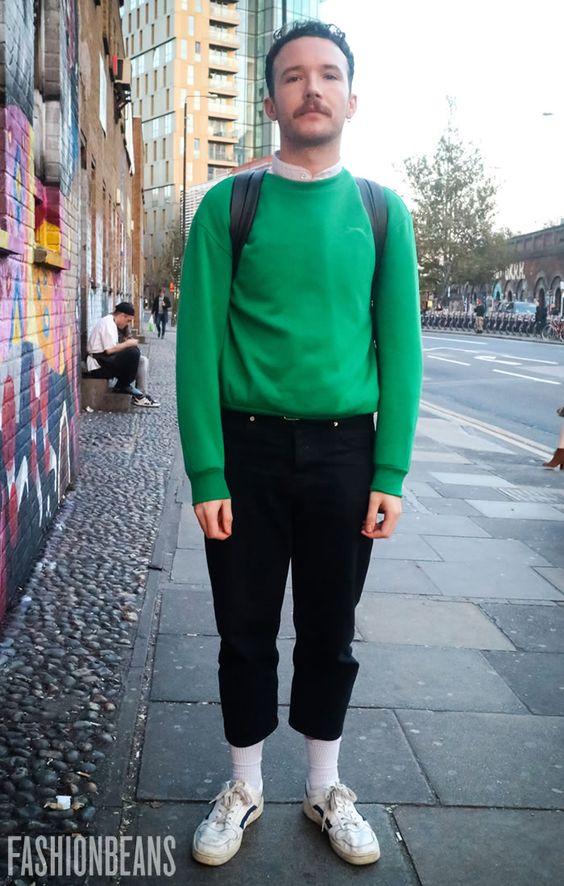 グリーンスウェット×シャツ×クロップドパンツ