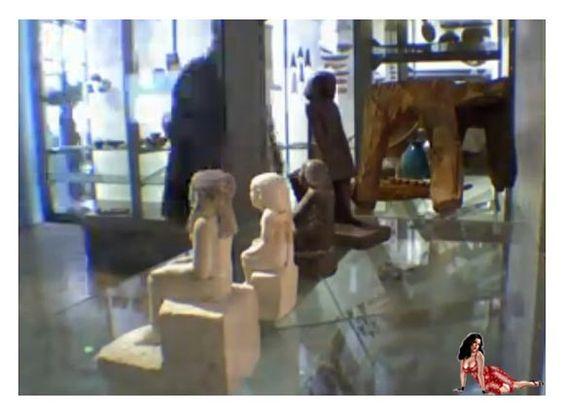 Estátua egípcia gira misteriosamente sozinha em museu inglês