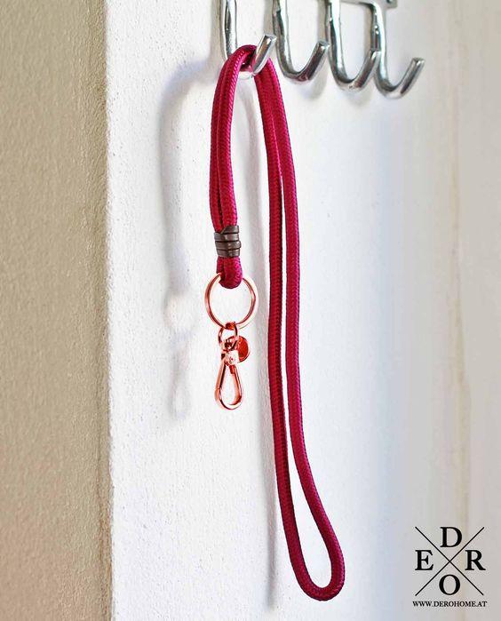 """Praktisches Schlusselband mit Schlüsselhalter   Lanyard """"Purpura"""" Violett / Purpurfarben. Der Schlüsselring ist Kupferrot."""