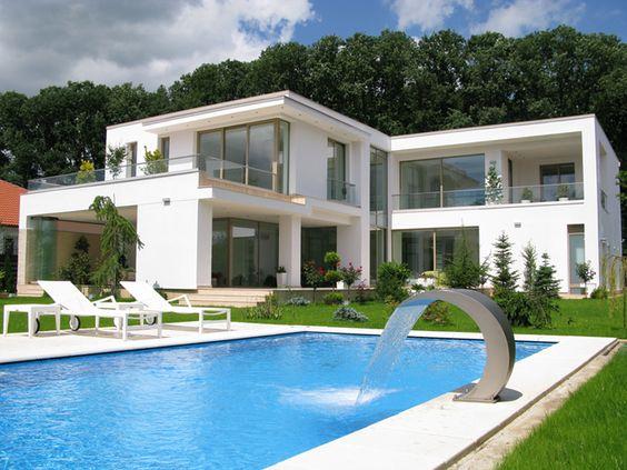 Moderner Outdoor Bereich mit großem Infinity Pool