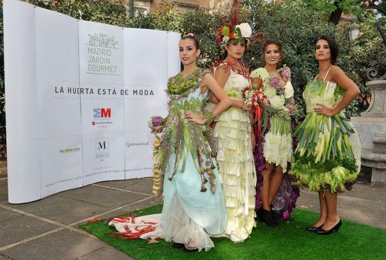 Cuatro modelos desfilaron con trajes vegetales durante el Festival Madrid Jardín Gourmet en el Paseo del Prado.