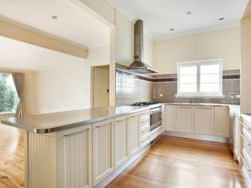 u-form küche mattglänzender Kühlschrank und offene Regale in Weiß - reddy küchen münster