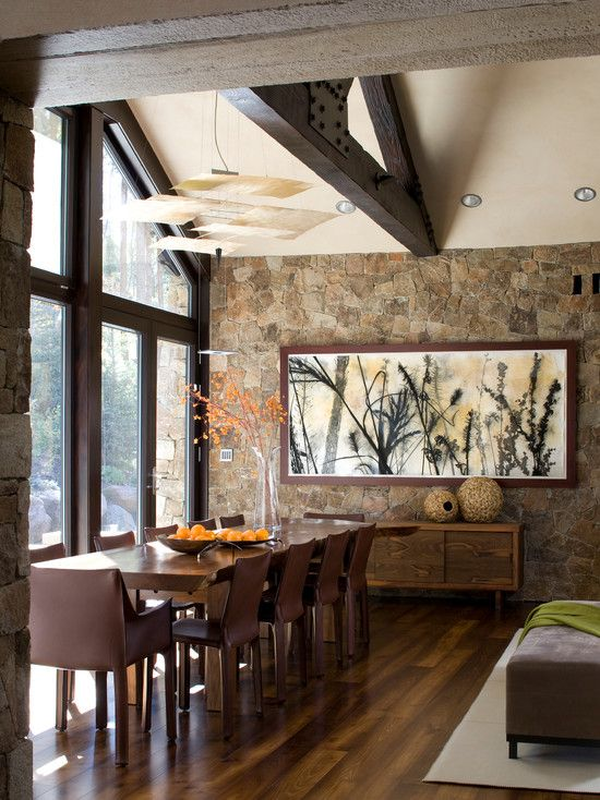 Comedor con pared de piedra fachaletas pinterest for Adornos para paredes interiores