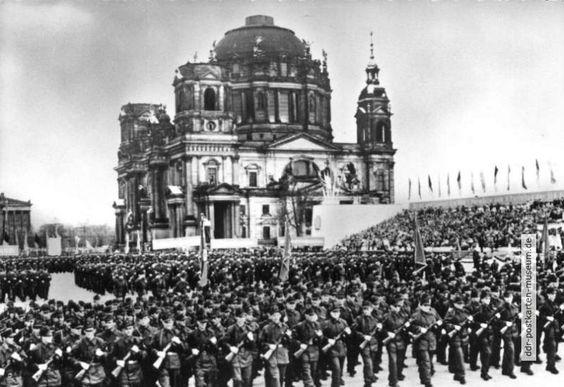 Demonstration der Betriebskampfgruppen am 1. Mai auf dem Berliner Marx-Engels-Platz - 1958 - KURIOSA-080.jpg