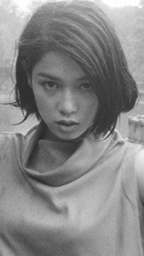 サイド分けのハイネックのシャツを着ているひし美ゆり子の画像