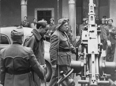 Il comandante della Muti, Franco Colombo (al centro con il basco) e, alla sua destra, Alessandro Pavolini, segretario del Partito repubblicano fascista e comandante delle Brigate nere, ritratti nel cortile della sede della Muti.