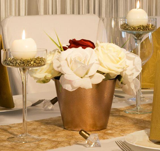 goldener blumentopf mit wei en rosen tischdekoration. Black Bedroom Furniture Sets. Home Design Ideas