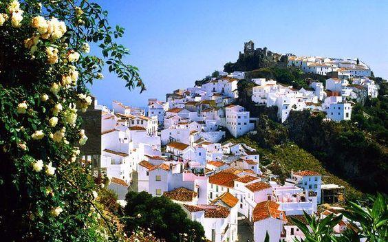 schneeweiße  *Casares*,  anerkannt als Weltkulturerbe für seine harmonische Schönheit, *Malaga* Spanien