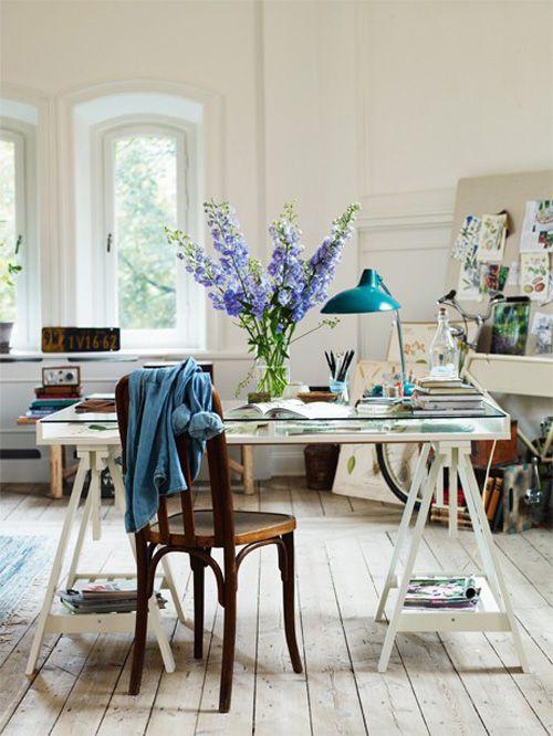 (A Través de Espacios de Oficina | Los Archivos de Estilo) Lindo espacio de trabajo: me gusta el tablero a la derecha, la bici, la lampara sobre el escritorio!: