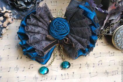Купить или заказать Брошь '  Symphony' в интернет-магазине на Ярмарке Мастеров. Брошь из темно-бирюзового бархата, хлопка и кружева шоколадного цвета. Ширина 12.