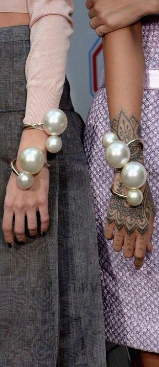 Chanel backstage | Dit zijn nog eens indrukwekkende armbanden. Valt tenminste op. Daar gaat het om.