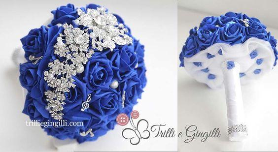 Bouquet gioiello a tema musica con rose blu elettrico e note musicali. Music wedding bouquet blue. Vuoi vedere altri bouquet a tema? Vai su http://www.trilliegingilli.com/modelli-foto-tipi-bouquet-realizzo/bouquet-per-matrimoni-a-tema/
