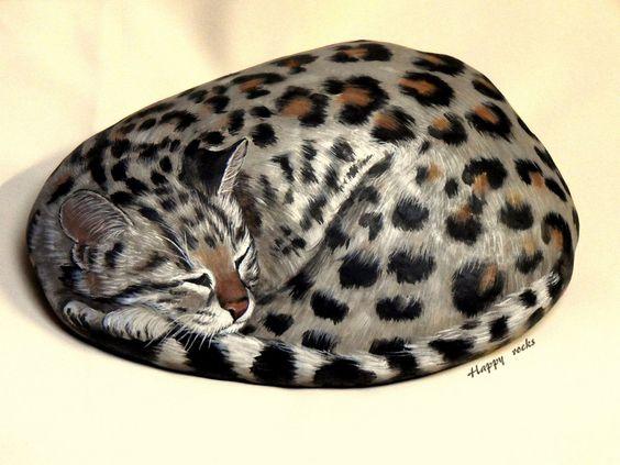 L'oncilla est l'un des petits chats sauvages d' Amérique du Sud.  Happy rocks - peinture sur pierre -  Longueur 28 cm.