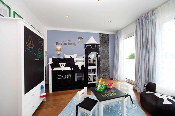 Ein cooles Jungenzimmer gestaltet ihr am besten nach den Vorstellungen und Interessen eures Kindes. Ähnlich wie bei Mädchen auch, soll das Kinderzimmer der Fantasie der Kinder sehr nahe kommen. Gleichzeitig solltet ihr ein wenig Weitblick in die Gestaltung einbringen.