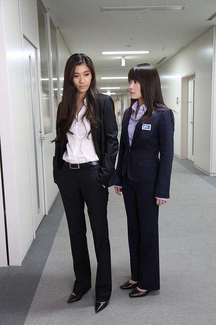 スーツを着た篠原涼子