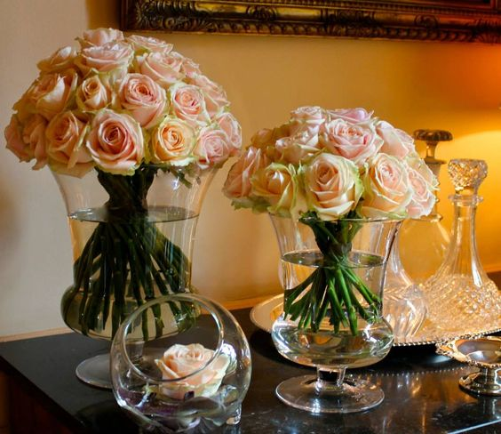 The beauty of Pearl Avalanche by Meijer Roses styled in Hakbijl Glass! (photo by LM Flower Fashion)