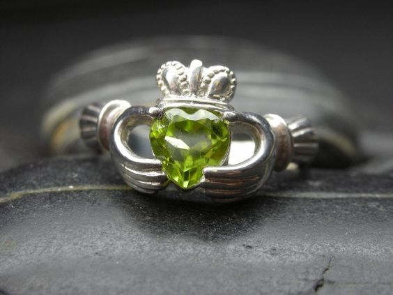 Such a pretty ring with peridot: Cute Rings, Claddagh Rings, Peridot Claddagh, Peridot Rings, Irish Rings, Mans Birthstone