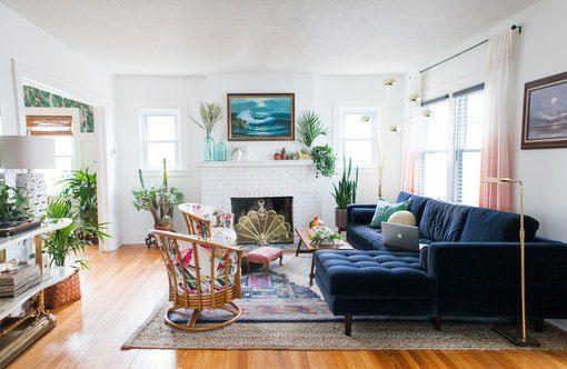 Quot Modern Eclectic Glamazon Quot Ist Dank Dieses Bungalows Unser Neuer Lieblingsdekorstil Blue Sofas Living Room Velvet Couch Living Room Boho Living Room