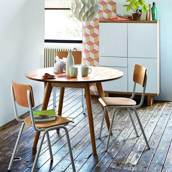 Un coin repas avec une table ronde et vintage. Pour simplifier la circulation, la table ronde tombe à point nommé. L'esprit scandinave associé aux chaises d'écoliers savamment vintage prend place dans une cuisine, un salon ou un studio et y trouve parfaitement sa place.