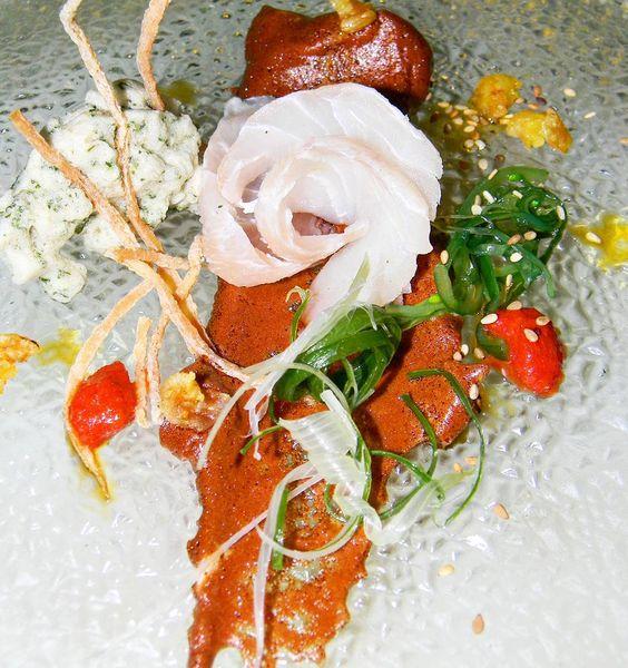 Sashimi shirome: en esta presentación presentamos uno de los platos más comunes en insignias de la gastronomía japonesa como lo es el sashimi que no es mas que cortes de pescados crudo aunque en este reglón aceptas algunas modificaciones pues también se puede hacer de carne de res o de caballo. En nuestra presentación de sashimi esta hecho con blanquilla o kampashi un pescado con bastante de carne blanca y grasosa  sabor espuma de salsa de soya y yare ensalada de algas de la costa puré de…