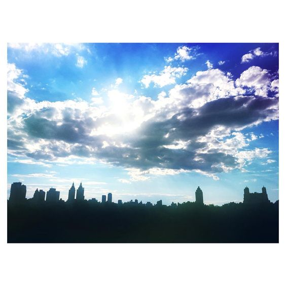 One Met, Many Worlds. #NewYorkCity #Skyline from the #rooftop of the #MetMuseum. #summertime #bluesky #cloud #sunny #sunnyday #centralpark #skyscrapers #architecture #nyc #metropolitanmuseum #MigrationMadeEasy #culture #meltingpot #madewithfaded #紐約 #夏天 #大都會博物館