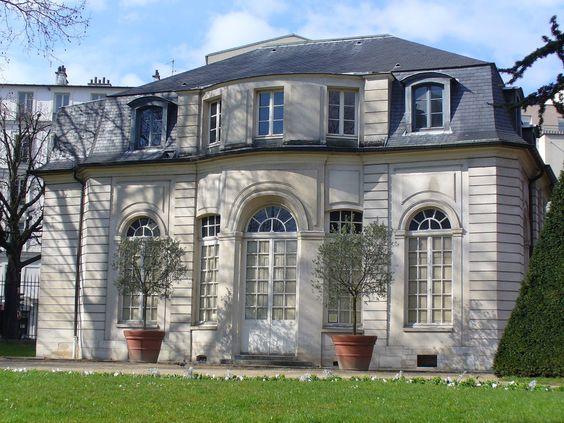 Le pavillon de l'Hermitage  fut construit en 1734 pour la duchesse d'Orléans dans le parc du château de Bagnolet.