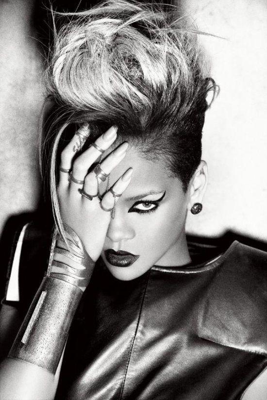 We Love This Messy Blonde Mohawk On Rihanna Rihanna Hair Mohawk Fashion Shaved Sides My