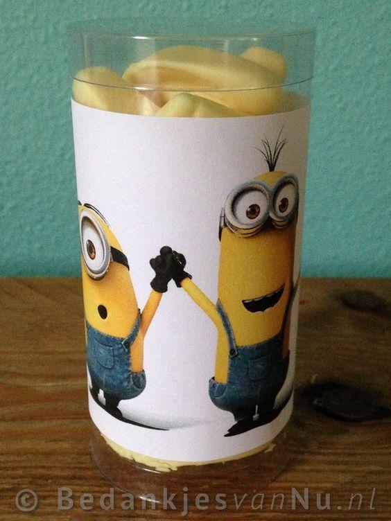 Minions traktatie! Cilinder van ongeveer 10 cm gevuld met snoepbanaantjes van 1,25 voor 1 euro per stuk
