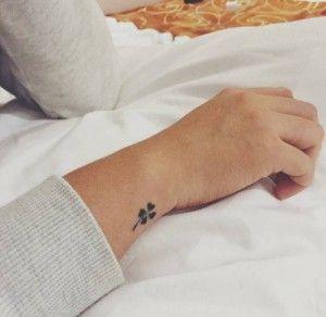 tatuaje mini trebol