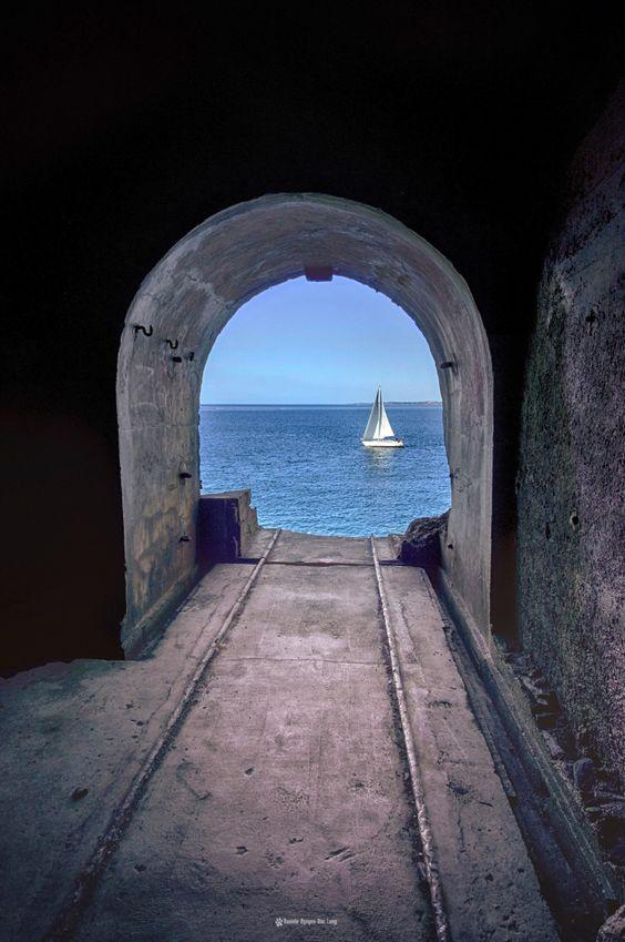 rampe-canon-fort-des-capucins-et-voilier, à l'intérieur du fort des Capucins…