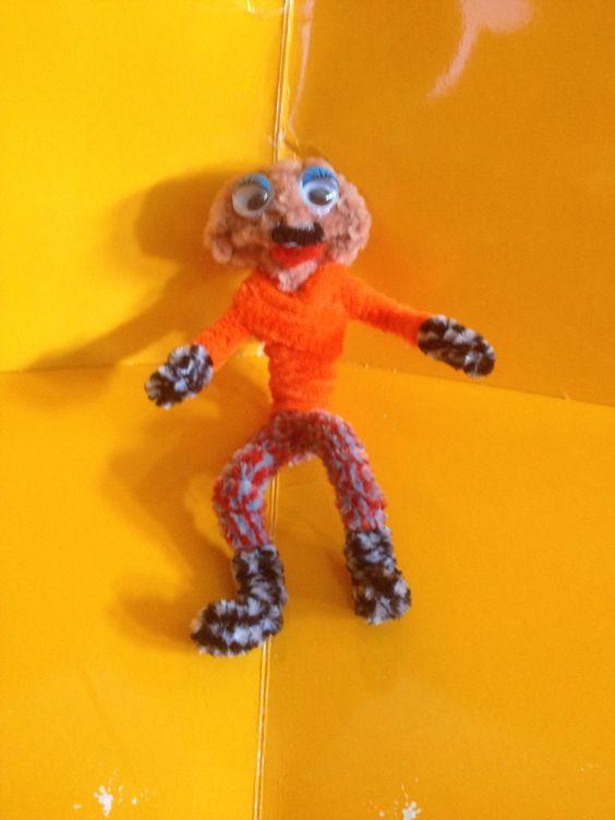 Muñeco hecho con limpiapipas pequeño