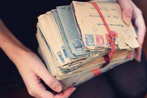 """""""As cartas de amor, se há amor, têm de ser ridículas"""", é o que diria o poeta Fernando Pessoa. Cartas são sentimentos deitados e guardados no papel. Escrever uma carta de amor é expressar através das palavras os sentimentos que guardamos no peito. Se você acha que não escreve bem, não tem problema. Porque quando escrevemos de um coração para o outro, é impossível não tocá-lo. Pequenas ou grandes, objetivas ou detalhadas. Escreva uma carta de amor."""
