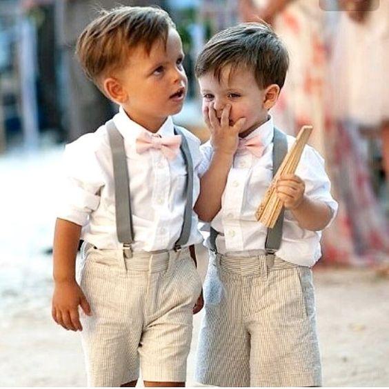 Feliz dia das crianças! 😍💛 Começamos hoje com esses pajens fofinhos, vestindo um look bem despojado para casamentos ao ar livre, de dia! 👏🏻👏🏻👏🏻 . . .  Suspensório + gravata borboleta são um charme, além das cores serem em tons pastéis, que deixa ainda mais bonito... ✨💕 . . #Felizdiadascrianças #Diadascrianças #bomdia #pajens #Casamento