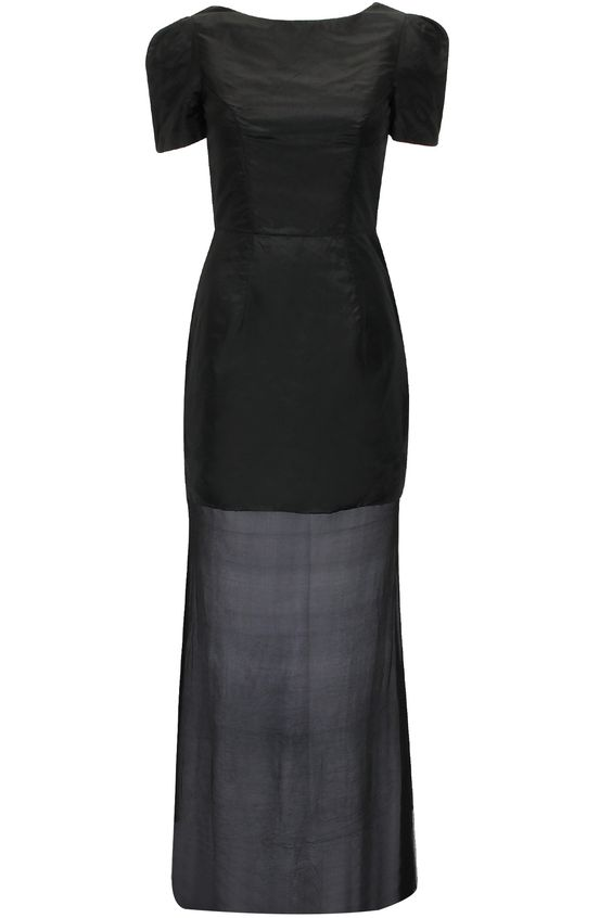 Black flared gown available only at Pernia's Pop-Up Shop.