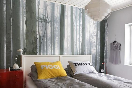 På soverommet har skogen fått plass ved sengen, i form av en tapet ...