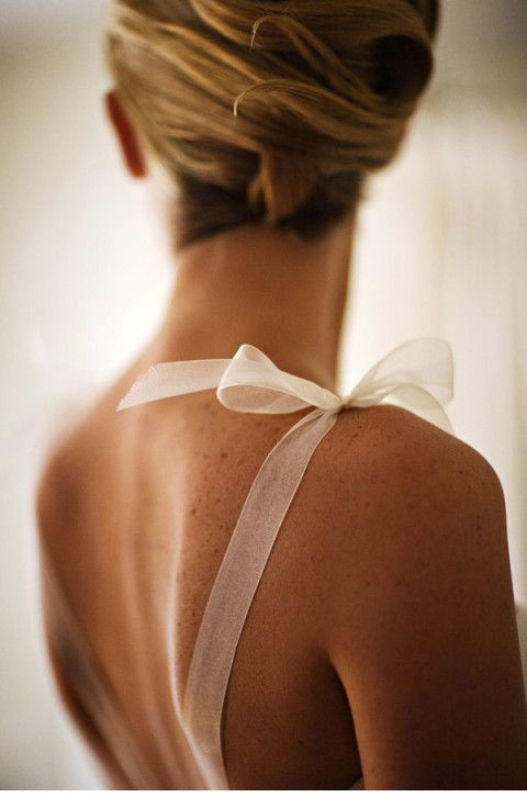 We're in love with this delicate bow! #wedding #bridal
