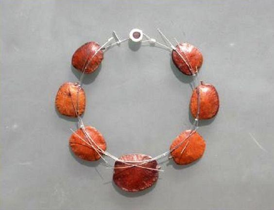 Gilles Jonemann - collier - graines montées sur acier - galerie Naila de Monbrison: